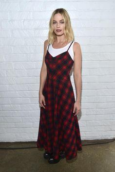 """Die 27-jährige Schauspielerin Margot Robbie kommt im legeren Lagenlook zum """"AFI Fest 2017"""" in Hollywood. Kleid und Shirt sind von Miu Miu."""