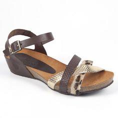 Esta sandalia bio con tiras grabadas imitando la piel de serpiente y su pelo de leopardo, te hará sentir naturalmente cómoda.