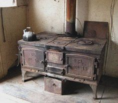 Cast iron stove - my grandparents had one! Wood Gas Stove, Wood Burning Cook Stove, Wood Stove Cooking, Old Stove, Wood Burner, Antique Kitchen Stoves, Antique Wood Stove, Old Kitchen, How To Antique Wood