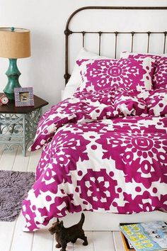 radiant-orchid-pantone-bedroom-decor
