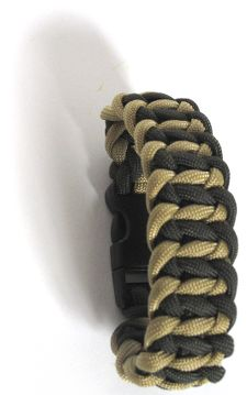 instructions at http://paracord.flaresoftware.com/instructions/tri-switch-bracelet/