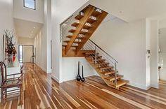 intérieur épuré escalier bois plate forme
