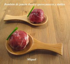 Ingredientes para 20 unidades:   180 gr de jamón Ibérico o serrano, cortado muy fino.   10 dátiles de los de buena calidad   6  nueces p... My Favorite Food, Favorite Recipes, Appetizer Recipes, Appetizers, Tapas Menu, Serrano Ham, Xmas Dinner, Food Decoration, Food Items