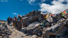 Der Mount Kailsh ist der heiliger Berg im Zentrum des Universums von tibetischen Buddhisten, Hindus und Jainisten und wird in allen Jahreszeiten von unzähligen Pilger leidenschaftlich umrundet.