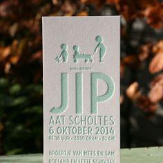 Voor baby Jip hebben wij deze langwerpige kaart gemaakt. Een frisse mintgroene kleur is gezet op 600 grams papier. Duidelijk een familiekaart want ook de grotere broers staan erop.
