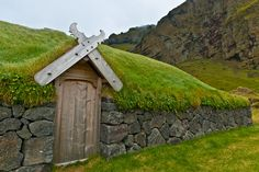 Viking House in Westmann Islands,Iceland. how cool is this place Viking House, Viking Age, Viking Ship, Gros Morne, Viking Village, Vie Simple, Viking Culture, Long House, Living Roofs