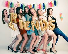 Met alle vriendinnen bij een party fotoshoot Girl Photo Poses, Girl Poses, Picture Poses, Group Photo Poses, Sibling Poses, Newborn Poses, Friend Poses Photography, Children Photography, Friendship Photoshoot