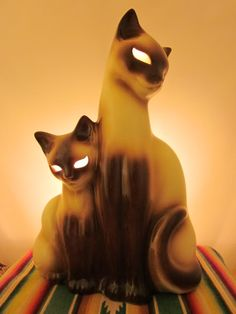 Vintage Siamese cat tv lamp with glowing eyes- My grandmother had one when I was a child and I loved this lamp!