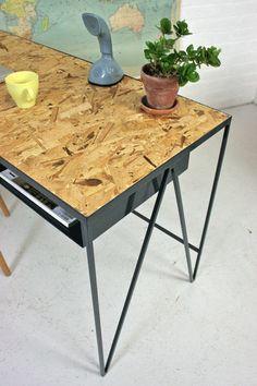 Image of Study Blue Steel Desk with OSB Table Top - Table avec plateau en OSB et pieds métalliques.