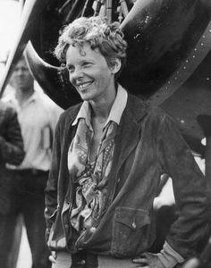 Amélia Mary Earhart 1897-1937, fut une des premières femmes pionnières de l'aviation américaine de l'entre-deux guerres.