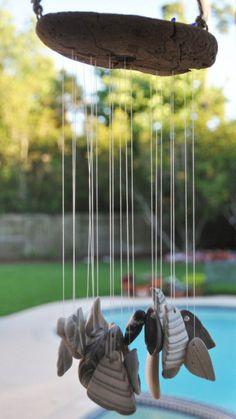 carillon éolien avec des galets et coquillages