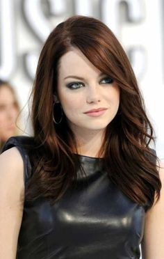 Emma Stone Hair Style File Hairstyles And Colour (.uk) in Emma Stone Auburn Hair Cabello Cafe Chocolate, Pelo Chocolate, Chocolate Brown Hair Color, Chocolate Auburn Hair, Dark Auburn Hair Color, Brown Hair Colors, Auburn Brown, Medium Auburn Hair, Dark Hair