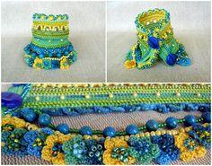Einzigartige Glasperlen häkeln Armband Manschette Licht in gelb, grün und Türkis-Blau.  Dieses Armband häkeln aus 100 % Merserized Baumwollgarn, schmückt sich mit Glas Rocailles, Preciosa Perlen, Miyuki-Perlen, gehäkelte Mini Blumen und Türkis Stein. Тhe Perlen sind Varianten von grünen, blauen und gelben Farben. Das Armband ist mit der High-End-Perlen gemacht. Der untere Teil des Armbandes sind verziert mit Perlen Mini Häkelblumen.  Ich habe diese Manschette mit eine freie…