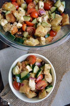 Panzanella a la parrilla (pan, tomate, mozzarella, pepino y albahaca)