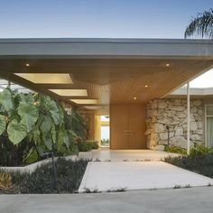 This mid-century home in Beverly Hills is a real beauty. Built in 1957 by architect Wayne McAllister and renovated by Marmol Radziner in the Architecture Design, Residential Architecture, Architecture Facts, Mid Century Ranch, Mid Century House, Modern Exterior, Exterior Design, Midcentury Modern, Mid Century Exterior