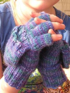 Convertible mittens. Knitting pattern available for free.