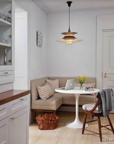 Great idea for SW corner of Living Room off Kitchen. Small built-in area for one-on-one gatherings/ breakfast nook / coin banquette cuisine Coin Banquette, Banquette D Angle, Banquette Dining, Dining Tables, Round Tables, Kitchen Banquette Ideas, Round Dining, Outdoor Dining, Coffee Tables