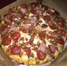 Pepperoni ground beef sausage and ham Canadian bacon cheese pizza Food Goals, Recipes From Heaven, Food Cravings, Junk Food, I Love Food, Soul Food, My Favorite Food, I Foods, The Best