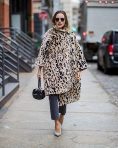 The Best Street Style From New York Fashion Week Fall 2018 - NYFW Outfit Inspiration From Celebrities, It Girls, and More Source by outfits 2018 Urban Fashion Trends, Fashion Mode, Korean Fashion, Fashion Outfits, Style Fashion, Fashion Weeks, Ladies Fashion, Fashion Styles, Womens Fashion