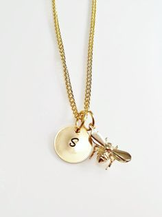 Gold Initial Necklace with a Bee Pendant  von CustomChic801 auf Etsy