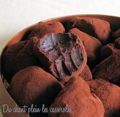 Dark chocolate and salted butter caramel truffles g of dark chocolate of sugar 30 g of salted butter of creme fleurette of unsweetened cocoa powder 1 tsp agar for 24 truffles Good Food, Yummy Food, Köstliche Desserts, Unsweetened Cocoa, Chocolate Truffles, Sweet Recipes, Food And Drink, Bonbon, Gastronomia