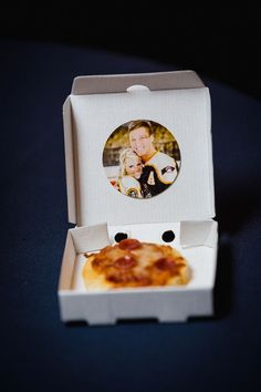 Your wedding guests will love these adorable bite-sized pizzas & personalized pizza boxes! | JoPhoto