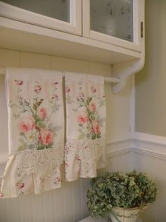 Shabby chic usually means white, whitewashed and pastel or vintage floral motifs. We have a bunch of sweet shabby chic kitchen decor ideas to inspire you. Shabby Chic Mode, Shabby Chic Baby, Estilo Shabby Chic, Shabby Chic Cottage, Vintage Shabby Chic, Shabby Chic Style, Rose Cottage, Shabby Chic Pillows, Diy Pillows
