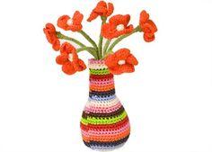 vase de fleurs en crochet multicolore