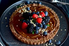 Havermouttaart met chocolade room | Recept | Betty's Kitchen Healthy Cake, Healthy Snacks, Healthy Recipes, Fun Desserts, Acai Bowl, Foodies, Bakery, Deserts, Low Carb