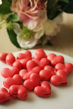 macarons for valentine's day ♥ Dessert Red Macarons, French Macaroons, Gourmet Recipes, Sweet Recipes, Macaron Filling, Valentines Day Desserts, Wedding Desserts, I Foods, Delicious Desserts