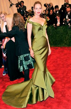 Uma Thurman wore a form-fitting green gown to the #MetGala