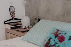 Almofadas em tons claros sempre dão um ar de aconchego ao ambiente. Veja mais desse apê em www.historiasdecasa.com.br #todacasatemumahistoria