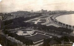"""""""Essa foto é dos Anos 30. A Praça Paris foi inaugurada em 1929. Vemos também os dois prédios do Teatro Cassino, que ficavam no Passeio e foram demolidos em 1937. À esquerda do Monroe, vemos os edifícios Odeon e Itajubá (?). Dando um zoom, dá pra gente ver (ainda que precariamente por causa da resolução) alguns pavilhões da exposição de 1922. Lá no fundinho, vemos o edifício A Noite."""" [Texto de Helcio Fraga].  Foto: Augusto Malta."""