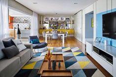 Decoração de apartamento tem móveis coloridos e mesa de bilhar na sala - Casa e Jardim | Casas e apartamentos