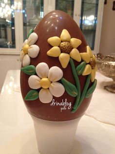 Uovo di Pasqua decorato in PDZ Chocolates, Easter Eggs, Bakery, Paper Crafts, Sweets, Candy, Halloween, Jars, Recipes