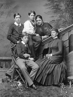 Queen Mary with her brothers and mother,The Duchess of Teck (her nickname was Fat Mary)
