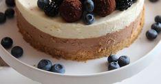 Ihana suklaaherkku kevään juhliin. Kahden suklaan juustokakku sisältää vadelmahippuista valkosuklaata sekä tumman ja maitosuklaan sekoitusta. Juhlallinen kakku koristellaan houkuttelevaksi macaronseilla ja tryffeleillä sekä karhunvadelmilla.