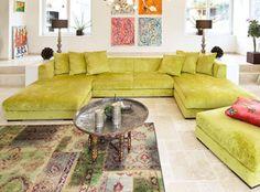 Zeitloses, internationales Design. Mit losen Sitzkissen und fest gepolstertem Rücken macht dieses Sofamodell den Unterschied zu allen anderen. Es ist selbstbewusst in der Erscheinung, fein und unaufdringlich im Stil. Ein Garant für luxuriösen Sitzkomfort.