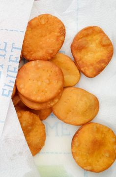 A traditional Chilean Sopaipilla recipe. Homemade with pumpkin. Commonly eat with pebre sauce or avocado or Dulce de Leche. Mexican Sopapillas Recipe, Sweet Recipes, Snack Recipes, Cooking Recipes, Cooking Time, Vegan Recipes, Chilean Recipes, Chilean Food, Gastronomia