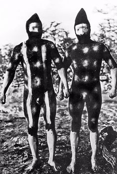 The Lost Tribes Of Tierra Del Fuego: Rare And Haunting Photos Of Selk'nam People Posing With Their Traditional Body-Painting. One of the last such ceremonies was performed in 1920 and recorded by the missionary, Martin Gusinde. Patagonia, Aboriginal History, Haunting Photos, Mode Costume, People Poses, African Tribes, Male Figure, People Of The World, World Cultures