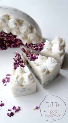 Really pretty soap cake. Soap Cake, Cupcake Soap, Savon Soap, Homemade Soap Recipes, Bath Soap, Soap Packaging, Homemade Beauty Products, Cold Process Soap, Home Made Soap