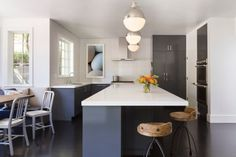 plan de travail cuisine blanc en Corian et armoires gris-bleu