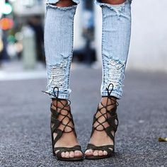 To minimal chic σε 7 εντυπωσιακά look | μοδα , street style | ELLE Elle Fashion, Get The Look, Lace Up, Flats, Beauty, Shoes, Loafers & Slip Ons, Zapatos, Shoes Outlet