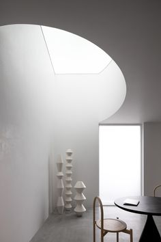 Showroom Interior Design, Interior Architecture, The Brunette, Shape Art, Light Beam, Simple Colors, Wooden Tables, Light And Shadow, Skylight