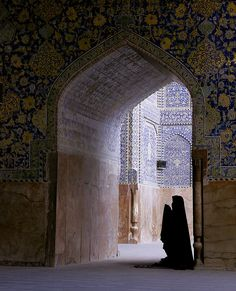 Woman in Prayer Imam Mosque, Esfahan Islamic Architecture, Art And Architecture, Pillars Of Islam, Islamic Girl, Islamic Qoutes, World Religions, All Nature, Islamic Pictures, Sufi