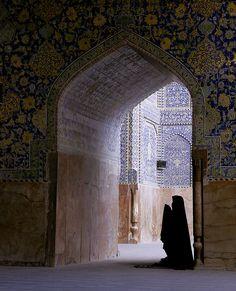 Woman in Prayer Imam Mosque, Esfahan Islamic World, Islamic Art, Islamic Architecture, Art And Architecture, Pillars Of Islam, Mekkah, Islamic Wallpaper, World Religions, Grand Mosque