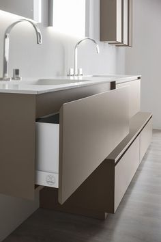 Agatha O | Detail of a drawer of the collection of bathroom furniture Manhattan, by Oasis. Available in many lacquered colors, with washbasin by Tecnoril or Geacril.