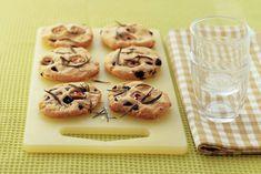 Minifocaccia met olijven - Recept - Allerhande Mini Quiches, High Tea, Finger Foods, Muffin, Breakfast, Wordpress, Website, Tea, Morning Coffee