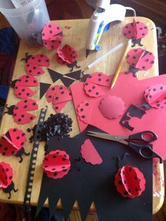 With some stock paper, hot glue you can make your own ladybugs for all occasions . 1st Birthday Party Favors, Frozen Birthday, 2nd Birthday, Diy And Crafts, Crafts For Kids, Paper Crafts, Ladybug 1st Birthdays, First Birthdays, Miraculous Ladybug Party