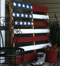Need frugal and fun of July party ideas? These patriotic party decorations and festive of July food are perfect for your Independence Day celebration! Fourth Of July Decor, 4th Of July Decorations, 4th Of July Party, Table Decorations, 4th Of July Ideas, July 4th Wedding, 4. Juli Party, American Flag Pallet, American Flag Decor